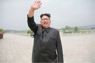 160629 - 조선의 오늘 - KIM JONG UN - Marschall KIM JONG UN ließ mit den Raketenherstellern ein Erinnerungsfoto machen - 04 - 경애하는 김정은동지께서 지상대지상중장거리전략탄도로케트 《화성-10》시험발사성공에 기여한 성원들과 함께 기념사진을 찍으시였다