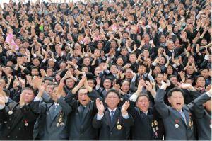 160629 - 조선의 오늘 - KIM JONG UN - Marschall KIM JONG UN ließ mit den Raketenherstellern ein Erinnerungsfoto machen - 05 - 경애하는 김정은동지께서 지상대지상중장거리전략탄도로케트 《화성-10》시험발사성공에 기여한 성원들과 함께 기념사진을 찍으시였다