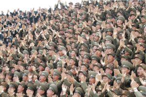 160629 - 조선의 오늘 - KIM JONG UN - Marschall KIM JONG UN ließ mit den Raketenherstellern ein Erinnerungsfoto machen - 08 - 경애하는 김정은동지께서 지상대지상중장거리전략탄도로케트 《화성-10》시험발사성공에 기여한 성원들과 함께 기념사진을 찍으시였다