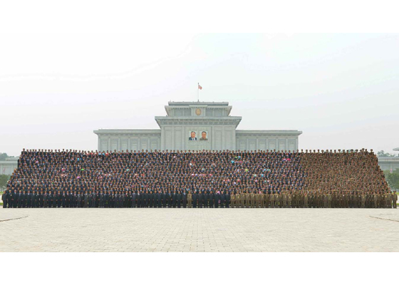 160629 - RS - KIM JONG UN - Marschall KIM JONG UN ließ mit den Raketenherstellern ein Erinnerungsfoto machen - 경애하는 김정은동지께서 지상대지상중장거리전략탄도로케트 《화성-10》시험발사성공에 기여한 성원들과 함께 기념사진을 찍으시였다