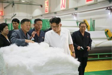 160712 - 조선의 오늘 - KIM JONG UN - Genosse KIM JONG UN besichtigte das Kunstlederwerk Phyongsong - 04 - 경애하는 김정은동지께서 평성합성가죽공장을 현지지도하시였다
