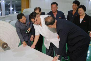 160712 - 조선의 오늘 - KIM JONG UN - Genosse KIM JONG UN besichtigte das Kunstlederwerk Phyongsong - 05 - 경애하는 김정은동지께서 평성합성가죽공장을 현지지도하시였다