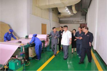 160712 - 조선의 오늘 - KIM JONG UN - Genosse KIM JONG UN besichtigte das Kunstlederwerk Phyongsong - 06 - 경애하는 김정은동지께서 평성합성가죽공장을 현지지도하시였다