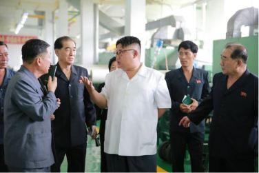 160712 - 조선의 오늘 - KIM JONG UN - Genosse KIM JONG UN besichtigte das Kunstlederwerk Phyongsong - 07 - 경애하는 김정은동지께서 평성합성가죽공장을 현지지도하시였다