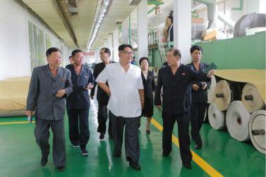 160712 - 조선의 오늘 - KIM JONG UN - Genosse KIM JONG UN besichtigte das Kunstlederwerk Phyongsong - 09 - 경애하는 김정은동지께서 평성합성가죽공장을 현지지도하시였다