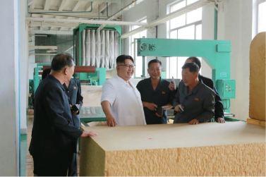 160712 - 조선의 오늘 - KIM JONG UN - Genosse KIM JONG UN besichtigte das Kunstlederwerk Phyongsong - 10 - 경애하는 김정은동지께서 평성합성가죽공장을 현지지도하시였다