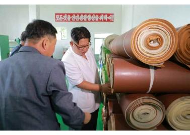 160712 - RS - KIM JONG UN - Genosse KIM JONG UN besichtigte das Kunstlederwerk Phyongsong - 03 - 경애하는 김정은동지께서 평성합성가죽공장을 현지지도하시였다