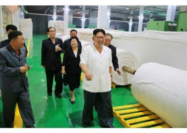 160712 - RS - KIM JONG UN - Genosse KIM JONG UN besichtigte das Kunstlederwerk Phyongsong - 05 - 경애하는 김정은동지께서 평성합성가죽공장을 현지지도하시였다