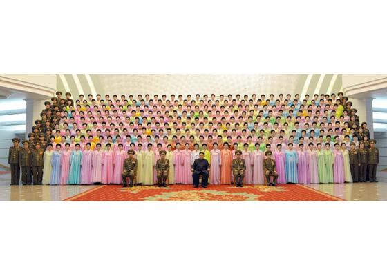 160716 - RS - KIM JONG UN - Marschall KIM JONG UN besuchte ein Konzert der Frauen der Offiziere der Volksarmee - 01 - 경애하는 김정은동지께서 조선인민군 제2기 제6차 군인가족예술소조경연에서 당선된 군부대들의 군인가족예술소조공연을 관람하시였다