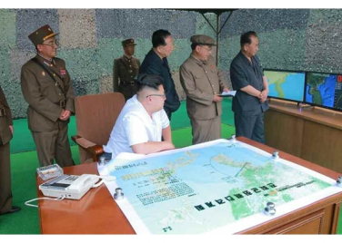 160720 - RS - KIM JONG UN - Marschall KIM JONG UN begutachtete eine Raketenschießübung der Artillerie - 02 - 경애하는 김정은동지께서 조선인민군 전략군 화성포병부대들의 탄도로케트발사훈련을 지도하시였다