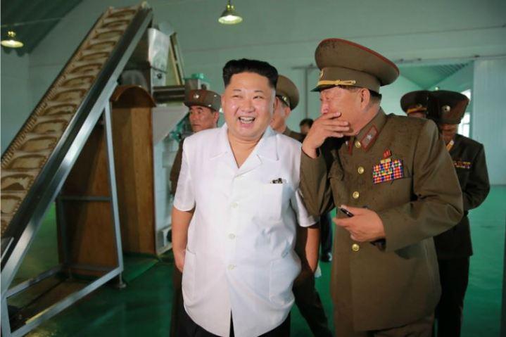 160724 - 조선의 오늘 - KIM JONG UN - Marschall KIM JONG UN besuchte die Fischmehlfabrik der 810. Truppe der KVA - 01 - 경애하는 김정은동지께서 조선인민군 제810군부대산하 어분사료공장을 현지지도하시였다