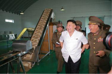 160724 - 조선의 오늘 - KIM JONG UN - Marschall KIM JONG UN besuchte die Fischmehlfabrik der 810. Truppe der KVA - 02 - 경애하는 김정은동지께서 조선인민군 제810군부대산하 어분사료공장을 현지지도하시였다