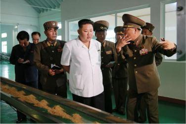 160724 - 조선의 오늘 - KIM JONG UN - Marschall KIM JONG UN besuchte die Fischmehlfabrik der 810. Truppe der KVA - 03 - 경애하는 김정은동지께서 조선인민군 제810군부대산하 어분사료공장을 현지지도하시였다