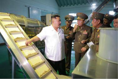 160724 - 조선의 오늘 - KIM JONG UN - Marschall KIM JONG UN besuchte die Fischmehlfabrik der 810. Truppe der KVA - 04 - 경애하는 김정은동지께서 조선인민군 제810군부대산하 어분사료공장을 현지지도하시였다