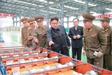 160727 - 조선의 오늘 - Genosse KIM JONG UN besuchte das Baumaterialienkombinat Chollima - 02 - 경애하는 김정은동지께서 천리마건재종합공장을 현지지도하시였다