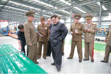 160727 - 조선의 오늘 - Genosse KIM JONG UN besuchte das Baumaterialienkombinat Chollima - 04 - 경애하는 김정은동지께서 천리마건재종합공장을 현지지도하시였다