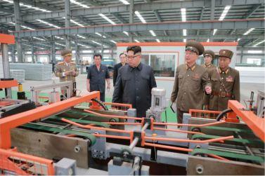 160727 - 조선의 오늘 - Genosse KIM JONG UN besuchte das Baumaterialienkombinat Chollima - 08 - 경애하는 김정은동지께서 천리마건재종합공장을 현지지도하시였다