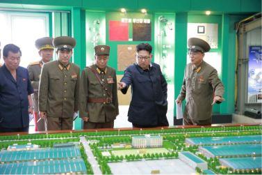160727 - 조선의 오늘 - Genosse KIM JONG UN besuchte das Baumaterialienkombinat Chollima - 18 - 경애하는 김정은동지께서 천리마건재종합공장을 현지지도하시였다