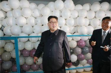 160730 - 조선의 오늘 - KIM JONG UN - Marschall KIM JONG UN besuchte das neue Fischfanggerätekombinat der Armee - 06 - 경애하는 김정은동지께서 새로 건설된 조선인민군 어구종합공장을 현지지도하시였다