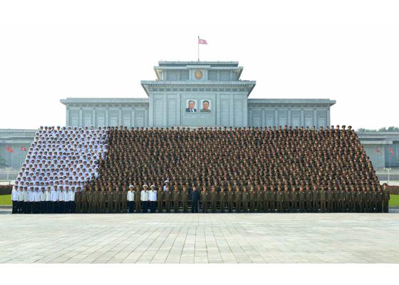 160806 - RS - KIM JONG UN - Marschall KIM JONG UN machte Erinnerungfoto mit den Aktivisten bei der Bewegung um den Titel '7. Regiment unter O Jung Hup' - 01 - 경애하는 김정은동지께서 조선인민군 제3차 오중흡7련대칭호쟁취운동열성자대회 참가자들과 함께 기념사진을 찍으시였다