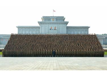 160806 - RS - KIM JONG UN - Marschall KIM JONG UN machte Erinnerungfoto mit den Aktivisten bei der Bewegung um den Titel '7. Regiment unter O Jung Hup' - 02 - 경애하는 김정은동지께서 조선인민군 제3차 오중흡7련대칭호쟁취운동열성자대회 참가자들과 함께 기념사진을 찍으시였다