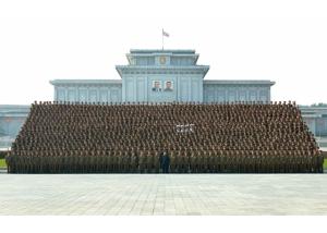 160806 - RS - KIM JONG UN - Marschall KIM JONG UN machte Erinnerungfoto mit den Aktivisten bei der Bewegung um den Titel '7. Regiment unter O Jung Hup' - 03 - 경애하는 김정은동지께서 조선인민군 제3차 오중흡7련대칭호쟁취운동열성자대회 참가자들과 함께 기념사진을 찍으시였다