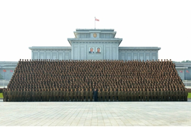 160806 - RS - KIM JONG UN - Marschall KIM JONG UN machte Erinnerungfoto mit den Aktivisten bei der Bewegung um den Titel '7. Regiment unter O Jung Hup' - 04 - 경애하는 김정은동지께서 조선인민군 제3차 오중흡7련대칭호쟁취운동열성자대회 참가자들과 함께 기념사진을 찍으시였다