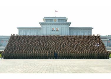 160806 - RS - KIM JONG UN - Marschall KIM JONG UN machte Erinnerungfoto mit den Aktivisten bei der Bewegung um den Titel '7. Regiment unter O Jung Hup' - 05 - 경애하는 김정은동지께서 조선인민군 제3차 오중흡7련대칭호쟁취운동열성자대회 참가자들과 함께 기념사진을 찍으시였다