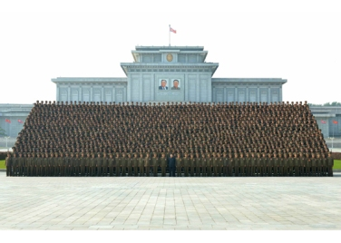 160806 - RS - KIM JONG UN - Marschall KIM JONG UN machte Erinnerungfoto mit den Aktivisten bei der Bewegung um den Titel '7. Regiment unter O Jung Hup' - 06 - 경애하는 김정은동지께서 조선인민군 제3차 오중흡7련대칭호쟁취운동열성자대회 참가자들과 함께 기념사진을 찍으시였다