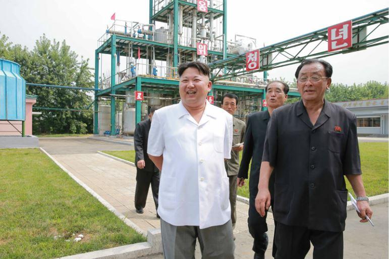 160813 - 조선의 오늘 - KIM JONG UN - Genosse KIM JONG UN besichtigte die neuen Produktionsprozesse im Vereinigten Chemiewerk Sunchon - 01 - 경애하는 김정은동지께서 순천화학련합기업소에 새로 꾸린 아크릴계칠감생산공정을 돌아보시였다