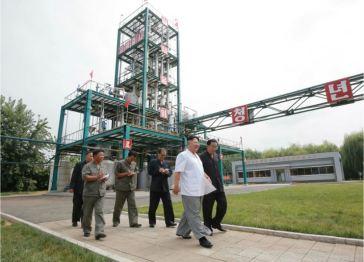 160813 - 조선의 오늘 - KIM JONG UN - Genosse KIM JONG UN besichtigte die neuen Produktionsprozesse im Vereinigten Chemiewerk Sunchon - 02 - 경애하는 김정은동지께서 순천화학련합기업소에 새로 꾸린 아크릴계칠감생산공정을 돌아보시였다