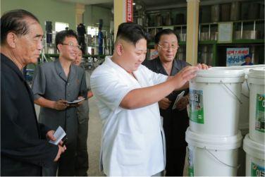 160813 - 조선의 오늘 - KIM JONG UN - Genosse KIM JONG UN besichtigte die neuen Produktionsprozesse im Vereinigten Chemiewerk Sunchon - 04 - 경애하는 김정은동지께서 순천화학련합기업소에 새로 꾸린 아크릴계칠감생산공정을 돌아보시였다