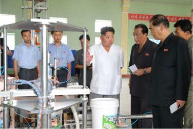 160813 - 조선의 오늘 - KIM JONG UN - Genosse KIM JONG UN besichtigte die neuen Produktionsprozesse im Vereinigten Chemiewerk Sunchon - 09 - 경애하는 김정은동지께서 순천화학련합기업소에 새로 꾸린 아크릴계칠감생산공정을 돌아보시였다