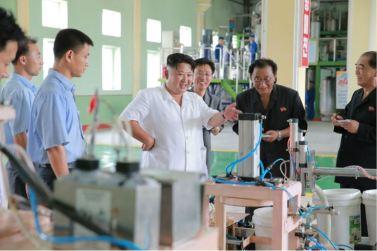 160813 - 조선의 오늘 - KIM JONG UN - Genosse KIM JONG UN besichtigte die neuen Produktionsprozesse im Vereinigten Chemiewerk Sunchon - 10 - 경애하는 김정은동지께서 순천화학련합기업소에 새로 꾸린 아크릴계칠감생산공정을 돌아보시였다