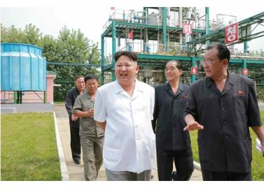 160813 - RS - KIM JONG UN - Genosse KIM JONG UN besichtigte die neuen Produktionsprozesse im Vereinigten Chemiewerk Sunchon - 01 - 경애하는 김정은동지께서 순천화학련합기업소에 새로 꾸린 아크릴계칠감생산공정을 돌아보시였다