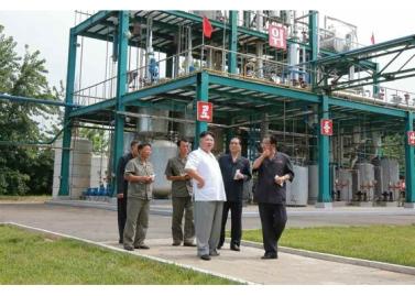 160813 - RS - KIM JONG UN - Genosse KIM JONG UN besichtigte die neuen Produktionsprozesse im Vereinigten Chemiewerk Sunchon - 02 - 경애하는 김정은동지께서 순천화학련합기업소에 새로 꾸린 아크릴계칠감생산공정을 돌아보시였다