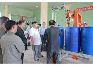 160813 - RS - KIM JONG UN - Genosse KIM JONG UN besichtigte die neuen Produktionsprozesse im Vereinigten Chemiewerk Sunchon - 04 - 경애하는 김정은동지께서 순천화학련합기업소에 새로 꾸린 아크릴계칠감생산공정을 돌아보시였다