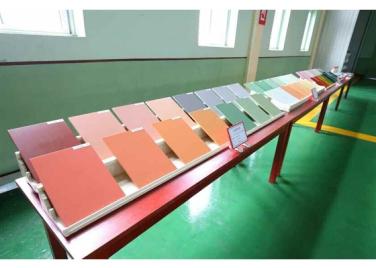 160813 - RS - KIM JONG UN - Genosse KIM JONG UN besichtigte die neuen Produktionsprozesse im Vereinigten Chemiewerk Sunchon - 07 - 경애하는 김정은동지께서 순천화학련합기업소에 새로 꾸린 아크릴계칠감생산공정을 돌아보시였다