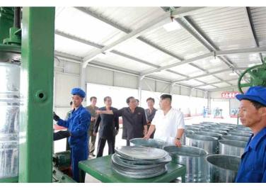 160813 - RS - KIM JONG UN - Genosse KIM JONG UN besichtigte die neuen Produktionsprozesse im Vereinigten Chemiewerk Sunchon - 08 - 경애하는 김정은동지께서 순천화학련합기업소에 새로 꾸린 아크릴계칠감생산공정을 돌아보시였다