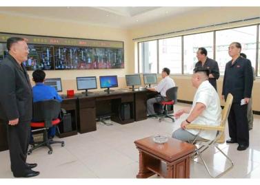 160813 - RS - KIM JONG UN - Genosse KIM JONG UN besichtigte die neuen Produktionsprozesse im Vereinigten Chemiewerk Sunchon - 09 - 경애하는 김정은동지께서 순천화학련합기업소에 새로 꾸린 아크릴계칠감생산공정을 돌아보시였다