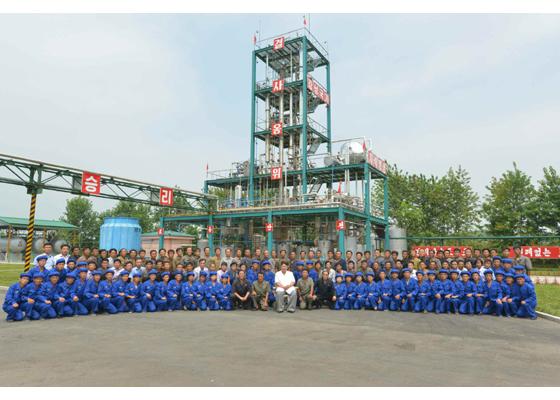 160813 - RS - KIM JONG UN - Genosse KIM JONG UN besichtigte die neuen Produktionsprozesse im Vereinigten Chemiewerk Sunchon - 11 - 경애하는 김정은동지께서 순천화학련합기업소에 새로 꾸린 아크릴계칠감생산공정을 돌아보시였다