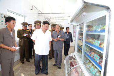 160818 - 조선의 오늘 - KIM JONG UN - Marschall KIM JONG UN besichtigte den Schweinezuchtbetrieb Taedonggang - 05 - 경애하는 김정은동지께서 대동강돼지공장을 현지지도하시였다