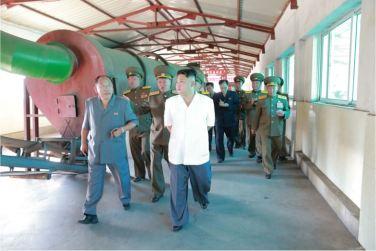 160818 - 조선의 오늘 - KIM JONG UN - Marschall KIM JONG UN besichtigte den Schweinezuchtbetrieb Taedonggang - 06 - 경애하는 김정은동지께서 대동강돼지공장을 현지지도하시였다
