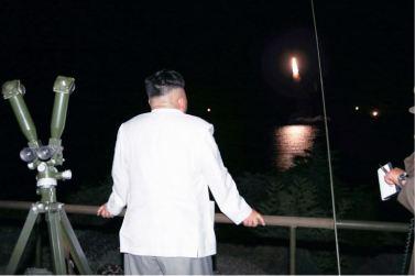160825 - 조선의 오늘 - KIM JONG UN - Marschall KIM JONG UN leitete das Unterwassertestschießen der ballistischen Rakete vom strategischen U-Boot - 02 - 주체조선의 핵공격능력의 일대 과시 경애하는 김정은동지의 지도밑에 전략잠수함 탄도탄수중시험발사가 성공적으로 진행되였다