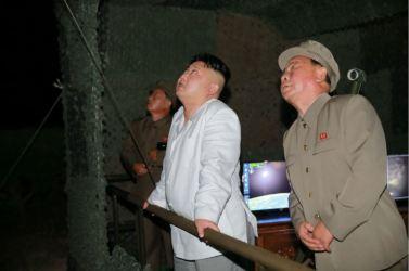 160825 - 조선의 오늘 - KIM JONG UN - Marschall KIM JONG UN leitete das Unterwassertestschießen der ballistischen Rakete vom strategischen U-Boot - 03 - 주체조선의 핵공격능력의 일대 과시 경애하는 김정은동지의 지도밑에 전략잠수함 탄도탄수중시험발사가 성공적으로 진행되였다