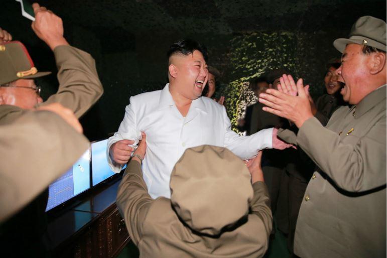 160825 - 조선의 오늘 - KIM JONG UN - Marschall KIM JONG UN leitete das Unterwassertestschießen der ballistischen Rakete vom strategischen U-Boot - 04 - 주체조선의 핵공격능력의 일대 과시 경애하는 김정은동지의 지도밑에 전략잠수함 탄도탄수중시험발사가 성공적으로 진행되였다