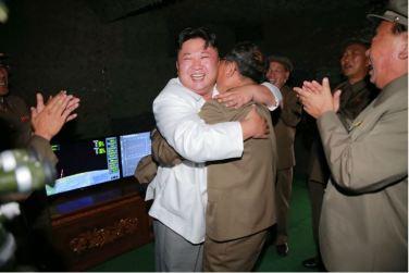 160825 - 조선의 오늘 - KIM JONG UN - Marschall KIM JONG UN leitete das Unterwassertestschießen der ballistischen Rakete vom strategischen U-Boot - 05 - 주체조선의 핵공격능력의 일대 과시 경애하는 김정은동지의 지도밑에 전략잠수함 탄도탄수중시험발사가 성공적으로 진행되였다