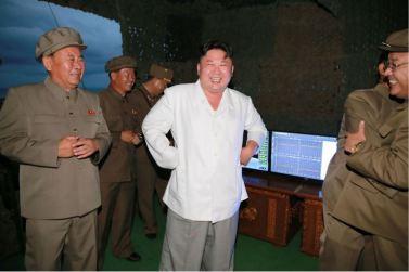 160825 - 조선의 오늘 - KIM JONG UN - Marschall KIM JONG UN leitete das Unterwassertestschießen der ballistischen Rakete vom strategischen U-Boot - 06 - 주체조선의 핵공격능력의 일대 과시 경애하는 김정은동지의 지도밑에 전략잠수함 탄도탄수중시험발사가 성공적으로 진행되였다