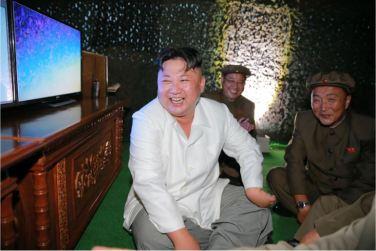 160825 - 조선의 오늘 - KIM JONG UN - Marschall KIM JONG UN leitete das Unterwassertestschießen der ballistischen Rakete vom strategischen U-Boot - 07 - 주체조선의 핵공격능력의 일대 과시 경애하는 김정은동지의 지도밑에 전략잠수함 탄도탄수중시험발사가 성공적으로 진행되였다