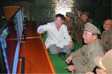 160825 - 조선의 오늘 - KIM JONG UN - Marschall KIM JONG UN leitete das Unterwassertestschießen der ballistischen Rakete vom strategischen U-Boot - 08 - 주체조선의 핵공격능력의 일대 과시 경애하는 김정은동지의 지도밑에 전략잠수함 탄도탄수중시험발사가 성공적으로 진행되였다